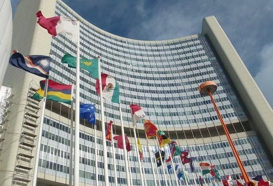 gehisste Flaggen vor Gebäude