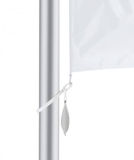 Fahne am Mast mit Beschwerungssäckchen